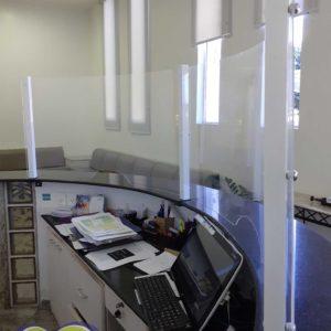 Proteção de acrílico com estrutura de alumínio para balcão curvo (feita sob medida)